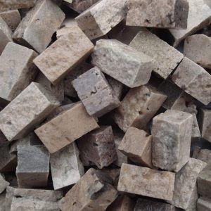 Teselas de piedra de 10x10x20mm. Color travertino oscuro